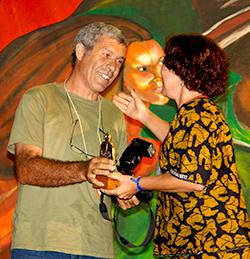 João Zinclar recebendo prêmio de fotógrafo amigo do MST