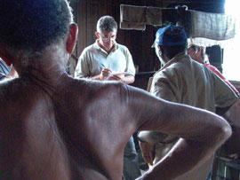 Fiscal toma depoimento de trabalhadores libertados na fazenda Cabaceiras, em Marabá, sul do Pará.
