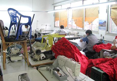 Trabalhadores em oficina que produzia para a Marisa