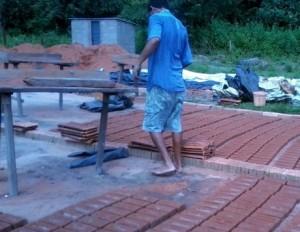 Homem em meio a olaria flagrada com trabalho escravo