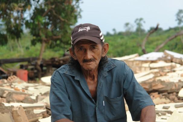 Seu Amadeu em meio a destroços de casa derrubada em Santo Antonio: dificuldades de receber indenização (foto: Verena Glass)