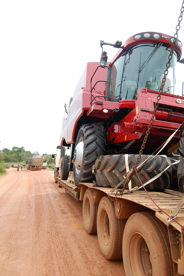 Caminhão com colheitadeira gigante de 17 toneladas atravessa região da Terra Indígena Marãiwatsédé, no Mato Grosso
