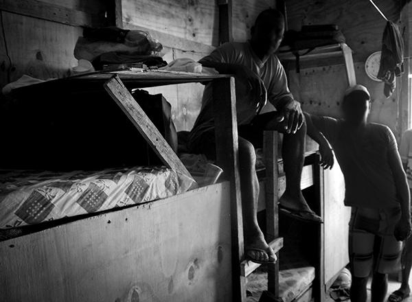Trabalhadores dormiam em alojamentos precários, feitos com tapumes de madeira