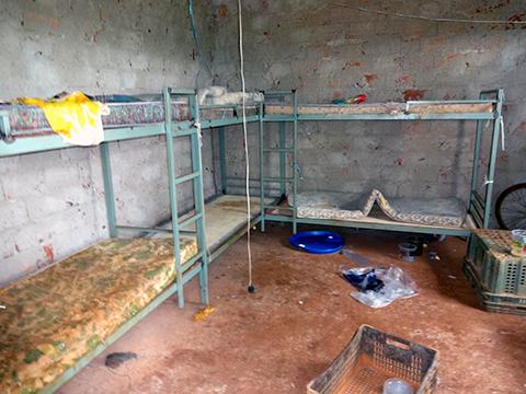 Interior do alojamento onde o grupo de trabalhadores dormia