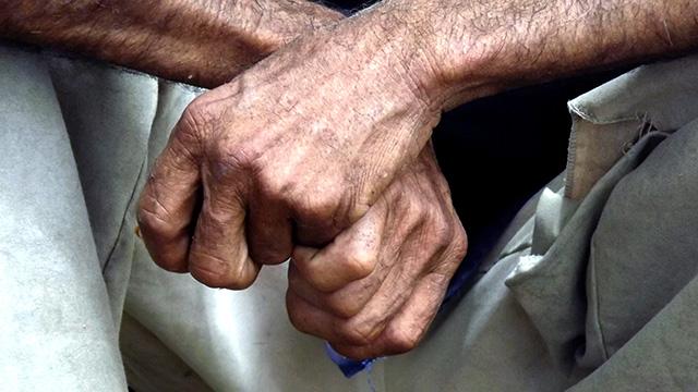 Trabalhador aguarda o término de fiscalização, quando foi libertado de trabalho escravo (Foto: Divulgação MTE)