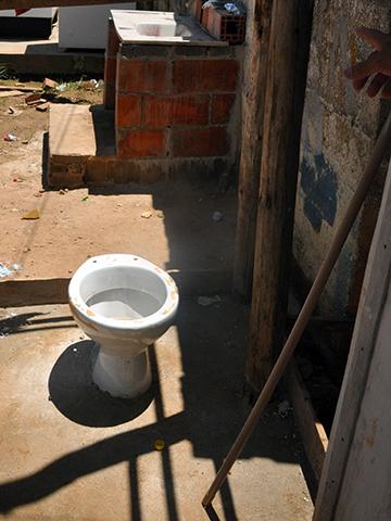 Sanitário improvisado, sem as mínimas condições de higiene