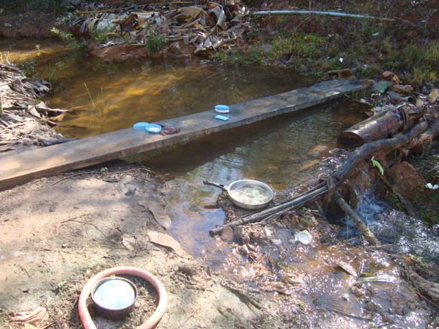 Trabalhadores resgatados em junho de 2010 em uma fazenda de café do Espírito Santo utilizavam o mato como banheiro e consumiam a água do riacho (Foto: Divulgação SRTE-ES)
