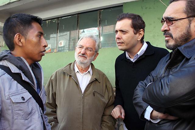 Deputados Amaury Teixeira (PT-BA), Cláudio Puty (PT-PA) e Ivan Valente (da dir à esq) conversam com trabalhador imigrante que foi escravizado no Brasil, durante viagem que parlamentares fizeram à Bolívia por conta da CPI