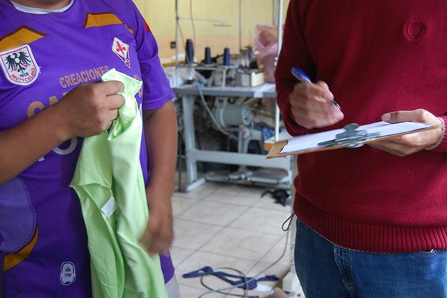 Fiscal do MTE, à direita, toma depoimento de trabalhador em regime de escravidão (Fotos: Guilherme Zocchio)