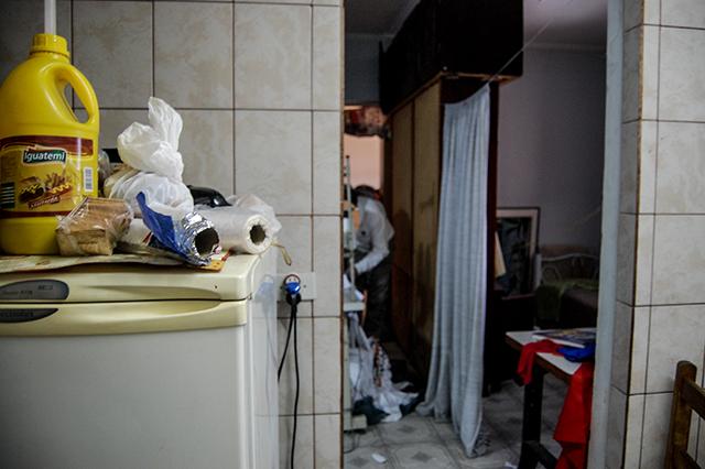 Da esquerda para a direita: cozinha, onde ficava o botijão de gás, máquina de costura instalada em um corredor e o dormitório de um dos empregados