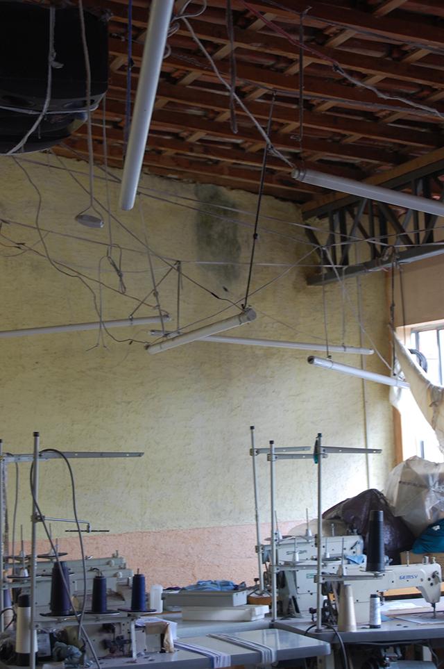 Instalações elétricas precárias forneciam iluminação no segundo andar da oficina