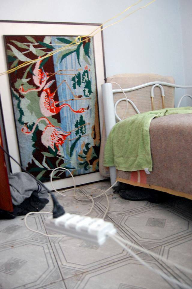 Dormitório de um dos trabalhadores apresentava fiação exposta e precária