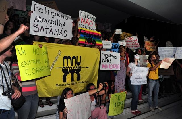 Ativistas protestam na Câmara dos Deputados em reunião da Comissão de Direitos Humanos (Foto: Luis Macedo / Agência Câmara)