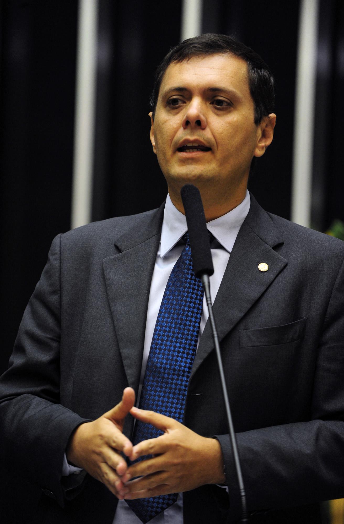 O deputado Cláudio Puty (PT-PA) discursa em sessão plenária da Câmara (Foto: Renato Araújo / Agência Câmara)