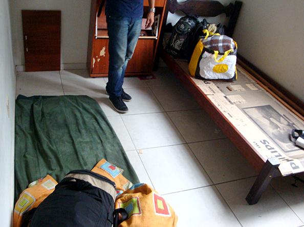 Quarto com quantidade insuficiente de camas disponíveis aos trabalhadores