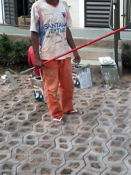 Homem mostra que trabalha sem equipamentos de proteção necessários