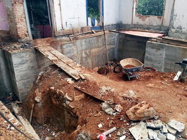 Local em que os trabalhadores realizavam as obras do Hotel Santa Teresa oferecia riscos, como a quantidade de valetas e paredes frágeis (Foto: MPT)