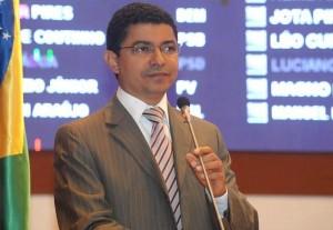 Deputado Estadual Bira do Pindaré (PT) em tribuna da Assembleia Legislativa