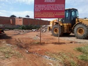 Concessionária demoliu construções e colocou avisos informando da posse do bairro (Foto: Evelyn Marinho)