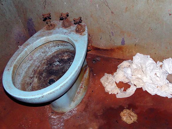 Sem água, banheiro não apresentava condições de higiene