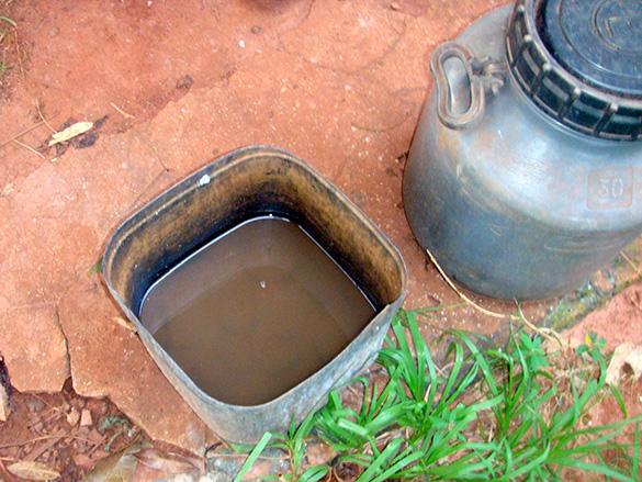 Recipiente armazena água que era retirada de um açude próximo