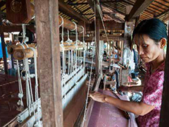 Mulheres trabalham na confecção de peças