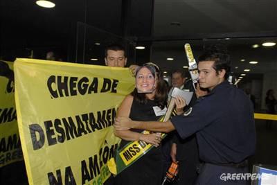 Ativistas protestam sobre a atuação da senadora Kátia Abreu contra o meio-ambiente (Foto: Divulgação / Greepeace)
