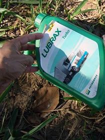 Empregados reaproveitavam recipientes de lubrificante para guardar água. (Foto: Divulgação/MPT)