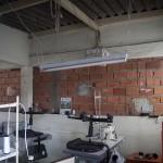 Oficina improvisada com tijolos aparentes