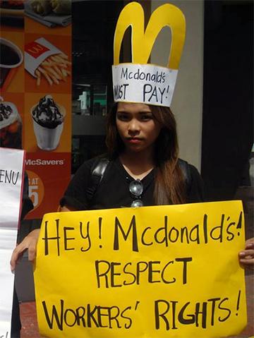 Nas Filipinas, trabalhadores protestam contra condições de emprego na rede de restaurantes. (Foto: National Guestworker Alliance)