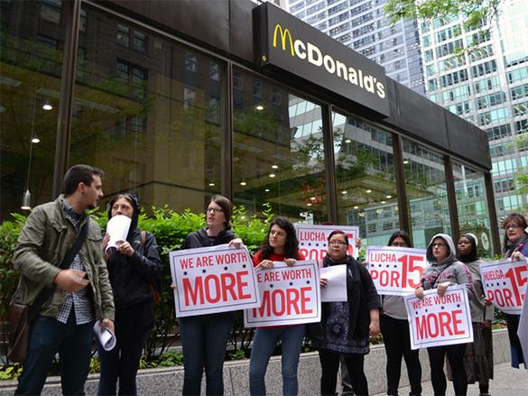 Funcionários denunciam violações trabalhistas, em frente à sede do McDonald's em Chicago, no último 6 de junho. (Foto: National Guestworker Alliance)