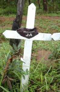 Uma das quatro cruzes fincadas ao lado de uma estrada de terra na Fazenda Bocaína, onde a chacina ocorreu, em memória aos funcionários do MTE (Foto: José Cruz/ABr)