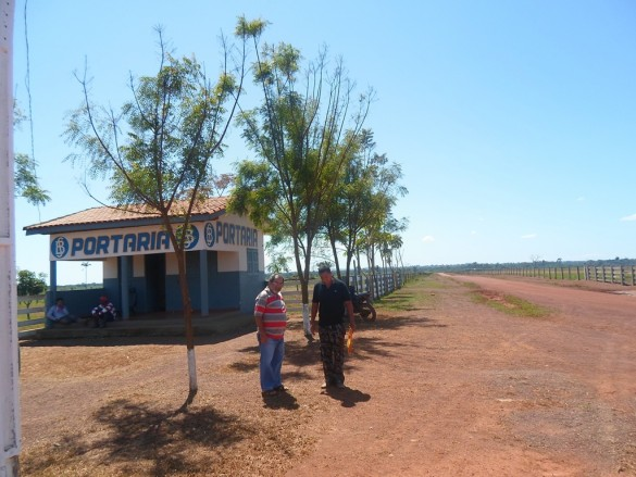 Portaria de entrada, mesmo local onde o trabalhador teria sido assassinado (Foto: Divulgação)