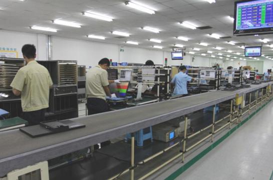 """Linha de montagem de fábrica da Samsung na China. Imagem: Reprodução/ Relatório """"An Investigation of Eight Samsung Factories in China"""", da organização China Labour Watch"""