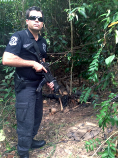 Ao fundo o corpo do trabalhador assassinado, é encontrado pelo delegado Lenildo, responsável pelo caso. Foto: Divulgação
