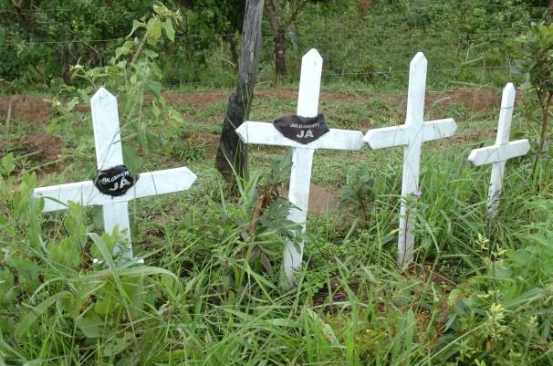 Cruzes fincadas na Fazenda Bocaina, da família Mânica, marcam o local onde três fiscais e um motorista do Ministério do Trabalho foram assassinados em 28 de janeiro de 2004 (Foto: José Cruz/Abr)
