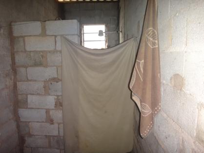 Banheiro improvisado de uma das casas com vítimas da OAS (Foto: SRTE-SP)