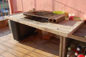 Fogareiro improvisado na varanda de uma das casas para preparo das refeições (Foto: Stefano Wrobleski)
