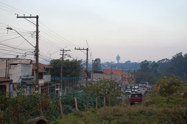 Bairro onde três dos alojamentos foram encontrados no distrito de Cumbica, que fica a cerca de um quilômetro das obras; Ao fundo, grua e torre de controle do aeroporto de Guarulhos (Foto: Stefano Wrobleski)