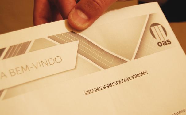 Ficha de encaminhamento recebida pelas vítimas para contratação na OAS (Foto: Stefano Wrobleski)