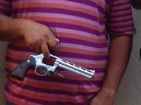 Suspeita segura a arma que teria sido usada no crime (Foto: Polícia Civil do Pará / Divulgação)