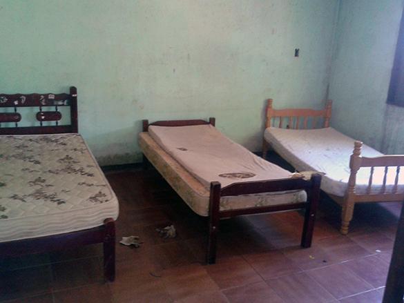 Interior da casa em que homens e mulheres dividiam como alojamento (Fotos: Everson Rossi / MPT)