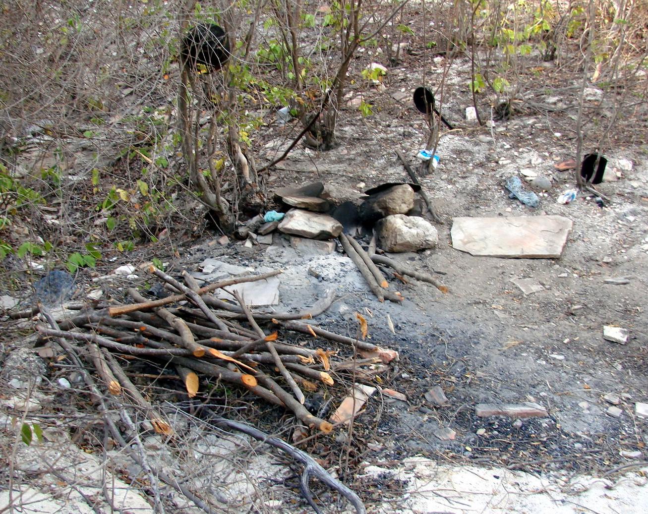Marcas de fogueira para improvisar refeições na entra de outra mina