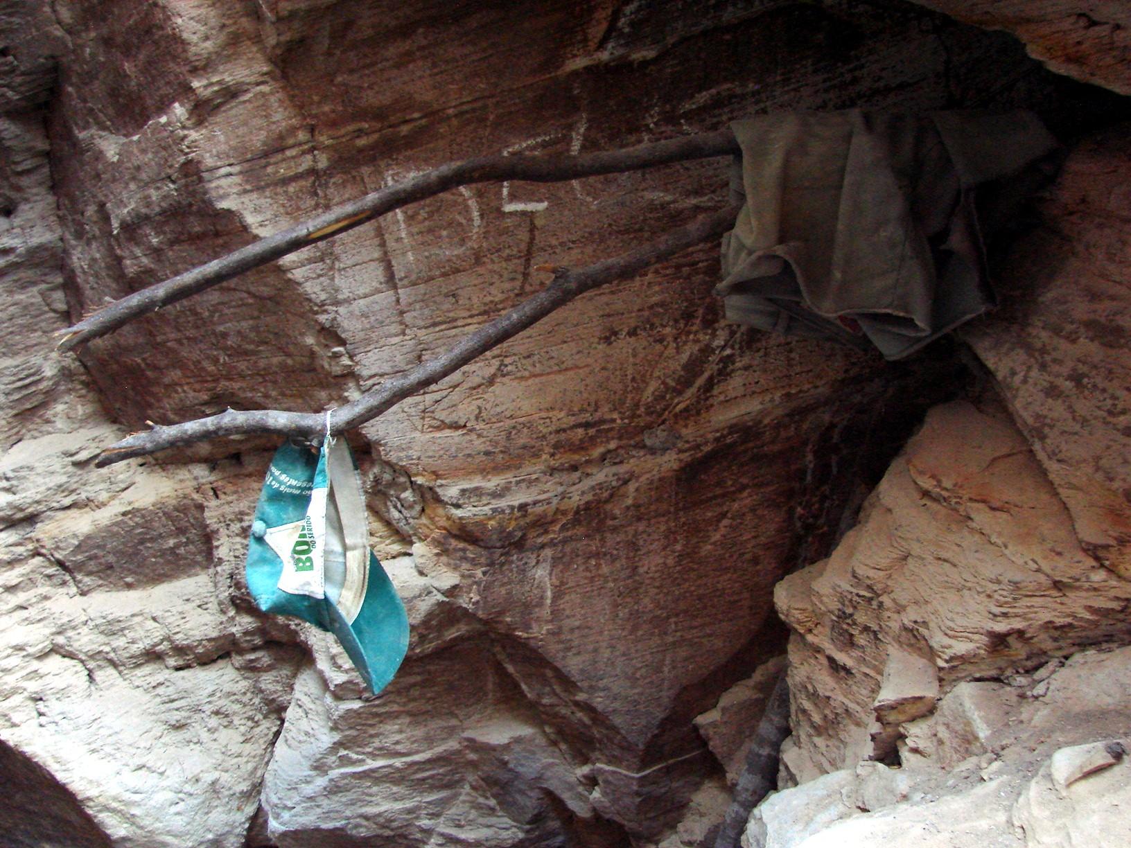 Pertences de trabalhadores são deixadas na entrada de uma mina (Fotos: MPT / Divulgação)