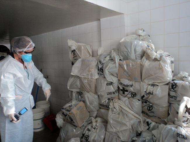 Fiscais encontram lixo armazenado de modo irregular no HMI (Foto: SRTE/GO / Divulgação)