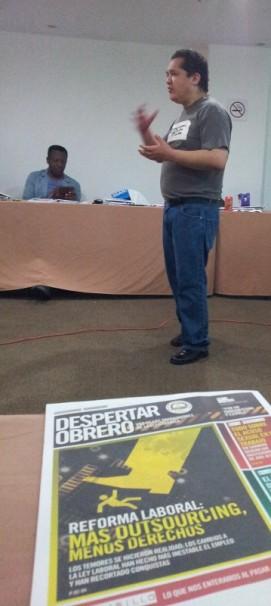 """No destaque na capa de um dos jornais sindicais: """"Mais Outsorcing (como é conhecida a terceirização no México), menos direitos. Foto: Daniel Santini"""