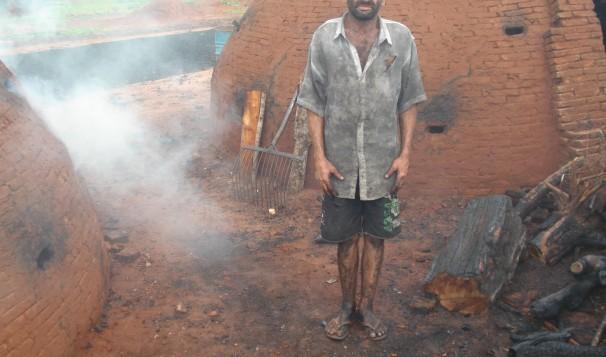 Trabalhador resgatado em carvoaria em Goiás. Foto: Divulgação/SRTE-GO
