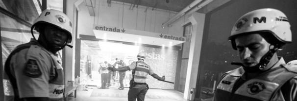 Registro do momento em que a PM joga bombas dentro da loja Tok&Stok, em São Paulo. A UNE denunciou que o jornalista da organização, Rafael Minoro, e o diretor da UEE-SP, Bruno Reis, foram atingidos por estilhaços de bomba, e que a presidenta da União Paulista dos Estudantes Secundaristas, Nicoly Mendes, foi atingida por uma bala de borracha. Foto: Divulgação/UNE