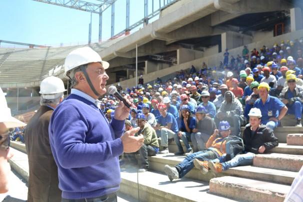 Superintendente discursa para trabalhadores na reforma da Arena da Baixada. Foto: Maurício Mano/MTE