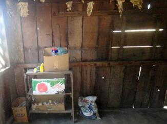 Carnes penduradas na parede da cozinha do alojamento